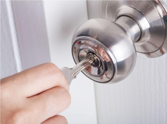 鍵穴に鍵を差し込む様子